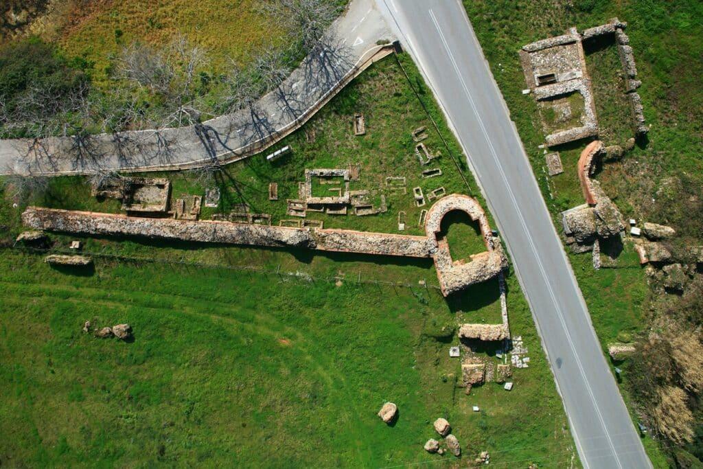 Η ΝΑ πύλη με τα παρακείμενα ταφικά μνημεία