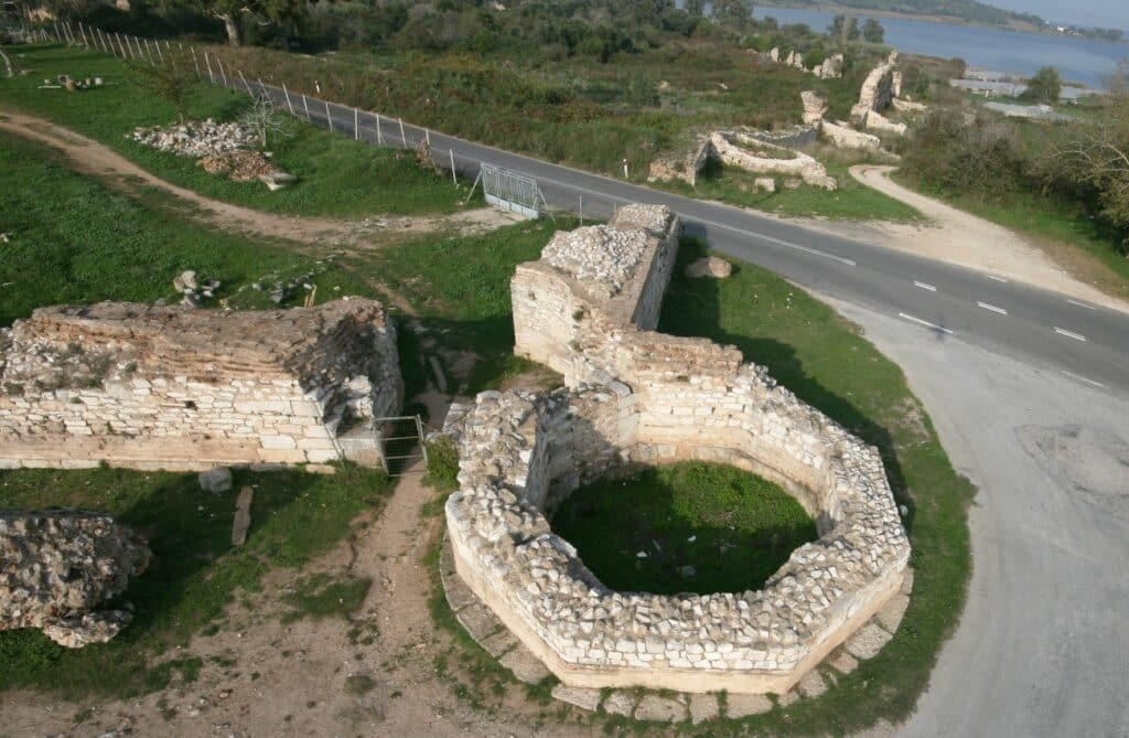 Ο πολυγωνικός πύργος στο Νότιο σκέλος του τείχους