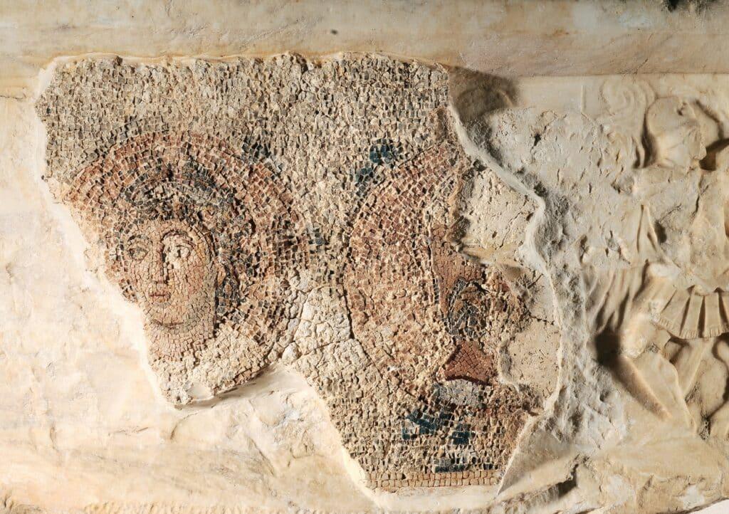 Το βάθρο του άμβωνος: το ψηφιδωτό που κάλυψε το αρχαίο ανάγλυφο
