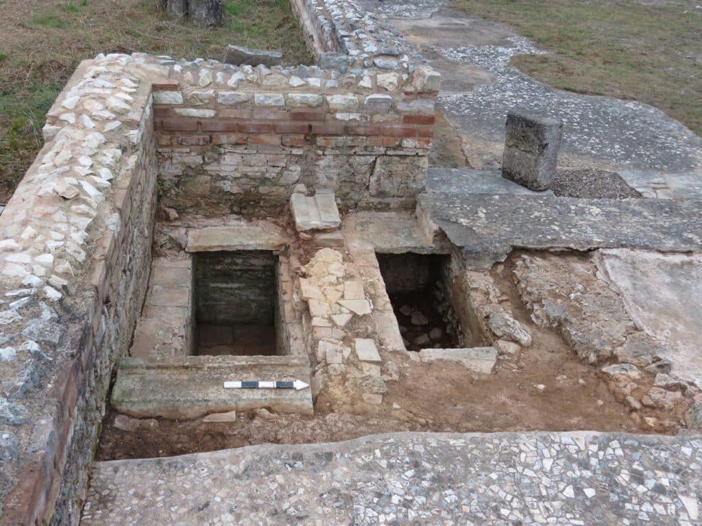 Οι κιβωτιόσχημοι τάφοι στο νότιο παράβημα