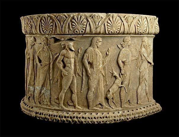 Βωμός με ανάγλυφες μορφές θεών